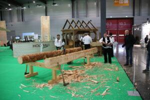 De man met de bijl is een specialist die oude houten boerderijen renoveert.